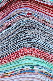 Stapel von mehrfarbigem küchentuch zum verkauf auf dem freiluftmarkt
