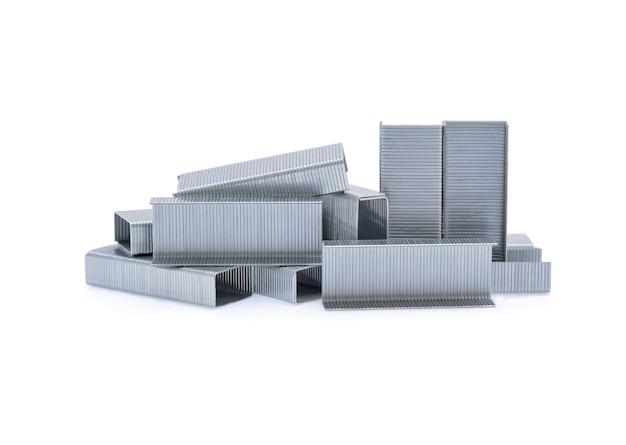Stapel von metallklammern isoliert auf weiß.