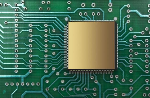 Stapel von mikrochips auf einer leiterplatte