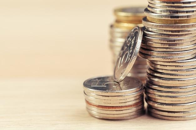 Stapel von münzen auf arbeitstisch
