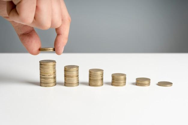 Stapel von münzen auf dem schreibtisch