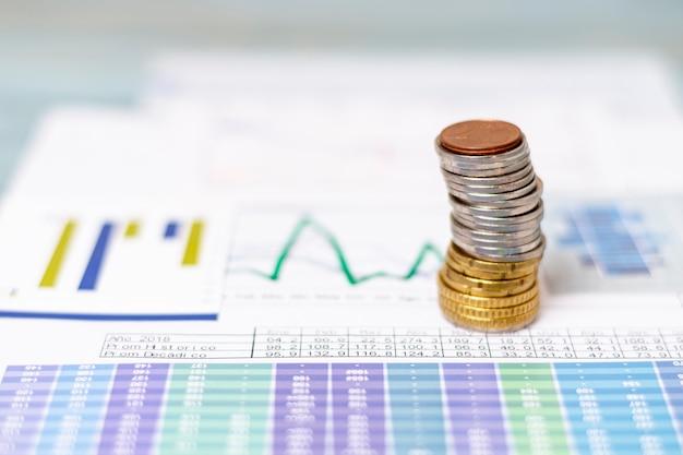 Stapel von münzen auf statistischen diagrammen