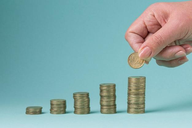Stapel von münzen, die eine grafik bilden