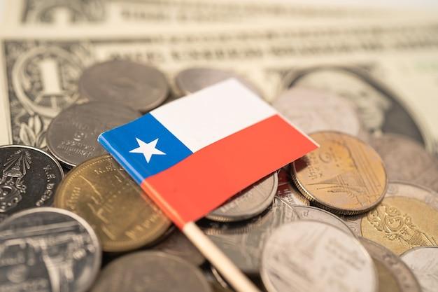 Stapel von münzen mit usa chile flagge.