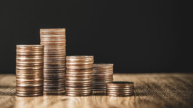 Stapel von münzen werden in einer diagrammform gestapelt, um geld zu sparen.