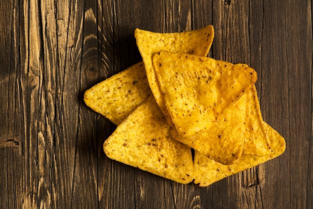 Stapel von nachos über holztisch
