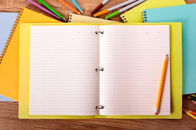 Stapel von notebooks im arbeitsbereich