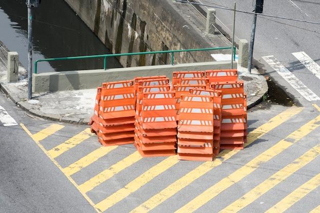 Stapel von orangefarbenen kegeln zur verkehrssperre auf der stadtstraße