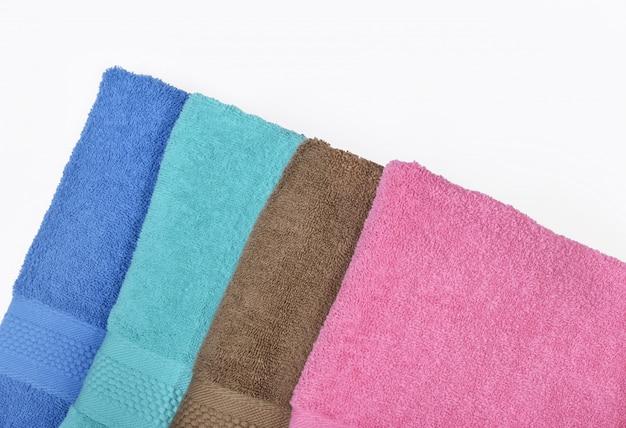 Stapel von ordentlich gefalteten handtüchern