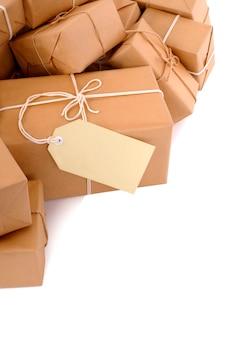 Stapel von paketen mit etikett
