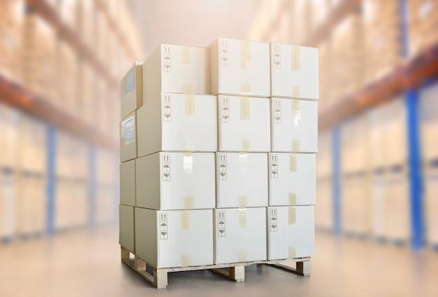 Stapel von paketkartons auf paletten im lager lager versandkartons versand lagerlogistik