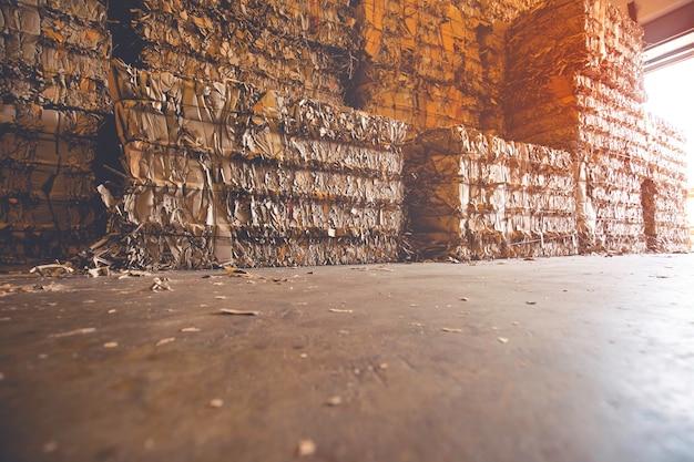 Stapel von papierabfällen vor der zerkleinerung in der recyclinganlage