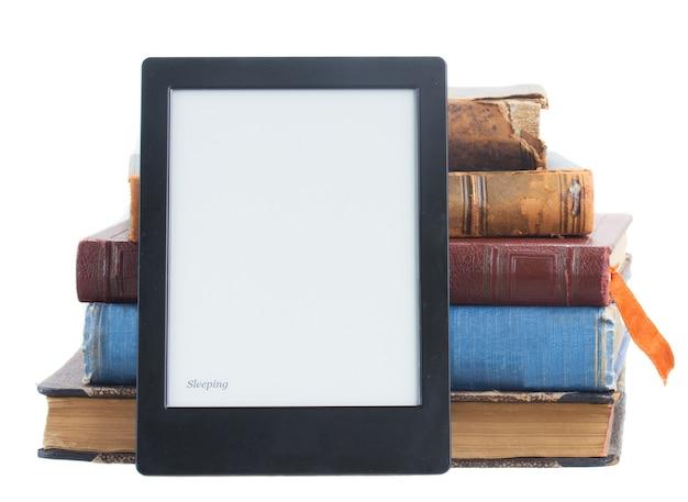 Stapel von papierbüchern mit elektronischem buch lokalisiert auf weiß