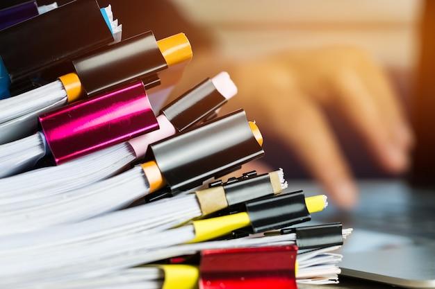 Stapel von papieren dokumentiert aktengeschäftsberichtspapiere mit farbclip-papier