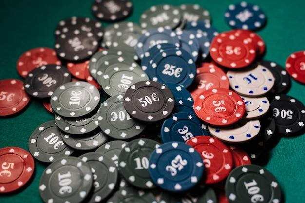 Stapel von pokerchips auf einem abschluss der grünen tabelle oben