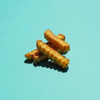 Stapel von pommes-frites auf farbigem hintergrund
