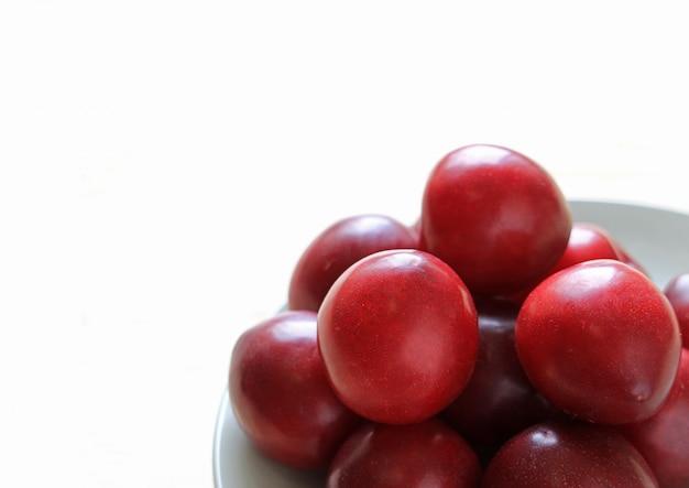 Stapel von reifen golf ruby plum fruits auf platte