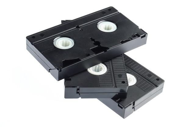 Stapel von retro-videobändern lokalisiert auf einem weißen hintergrund
