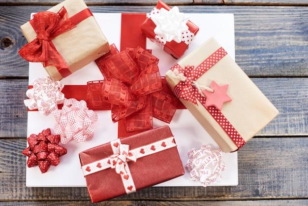 Stapel von roten und weißen weihnachtsgeschenken
