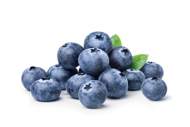Stapel von saftigen blaubeerenfrüchten lokalisiert auf weißem hintergrund