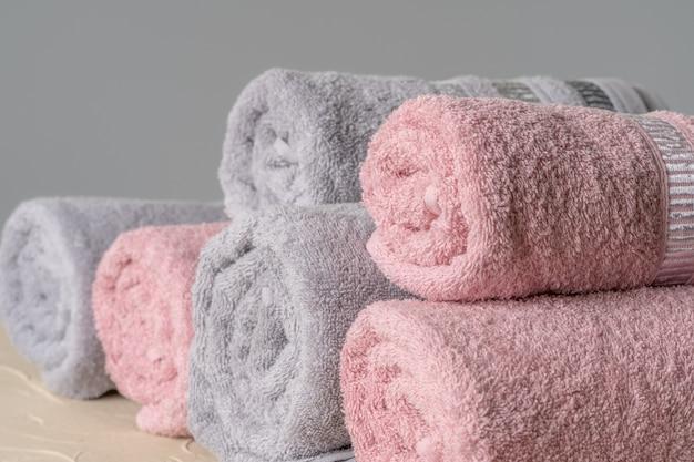 Stapel von sauberen neuen tüchern gegen graue wand