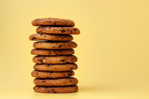 Stapel von schokoladenkeksen auf gelbem hintergrund