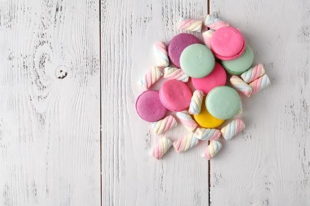 Stapel von süßigkeiten auf tabelleneckhintergrund