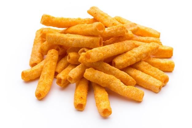 Stapel von süßkartoffel- oder yamswurzel-pommes auf weißer oberfläche isoliert.