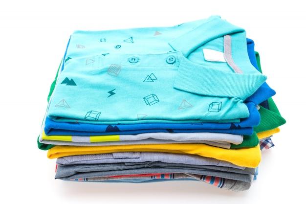 Stapel von t-shirt und polo