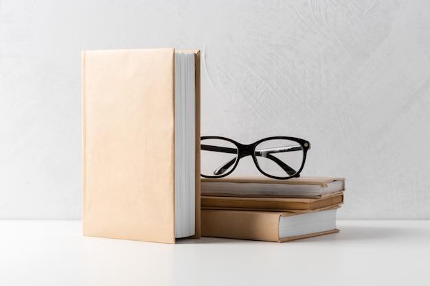 Stapel von taschenbüchern auf einem tisch