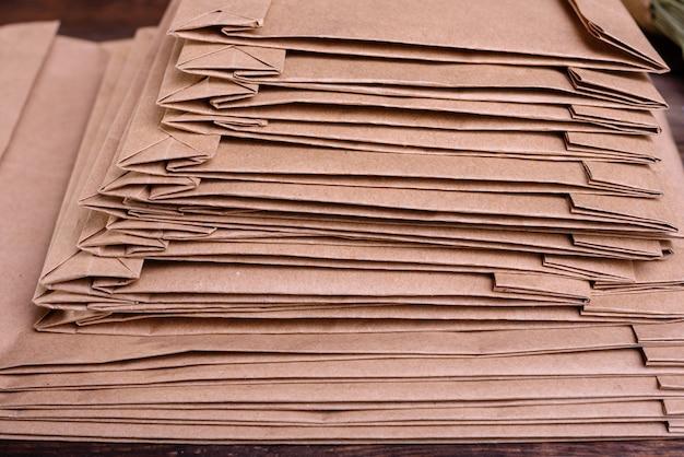Stapel von verpackungsgeschenk-handwerkspaketen