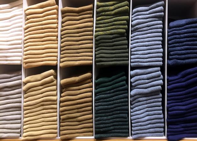 Stapel von verschiedenen farbe kleider auf regal