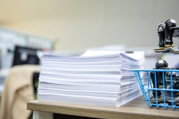 Stapel von viel papierkram auf schreibtisch büro stapeln sich