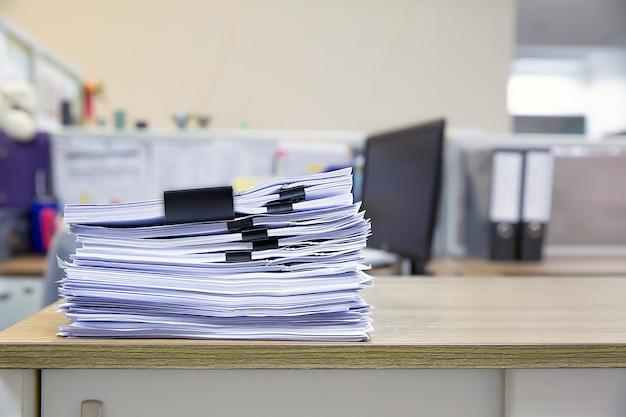 Stapel von vielen papieren dokumente auf schreibtisch büro stapeln sich.