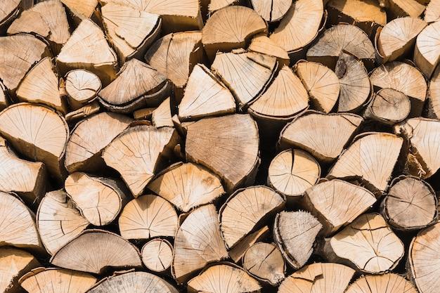 Stapel von vielen trockenen brennholz