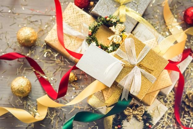 Stapel von weihnachtsgeschenkkästen eingewickelt mit funkelndem silber- und goldpapier