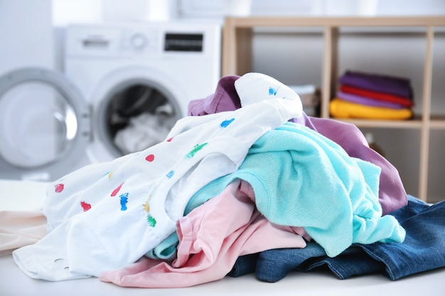 Stapel wäsche im badezimmer