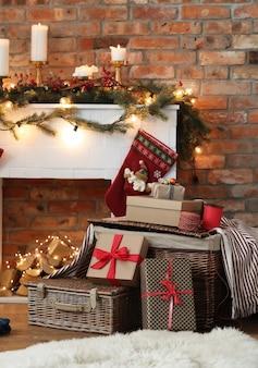 Stapel weihnachtsgeschenke und weihnachtsdekoration