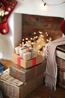 Stapel weihnachtsgeschenke