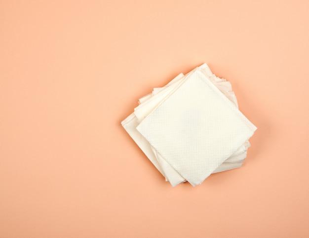Stapel weißbuchservietten auf beige