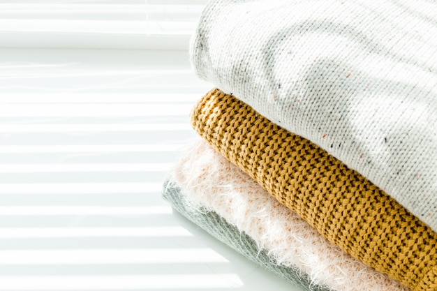Stapel weiße gemütliche gestrickte strickjacken