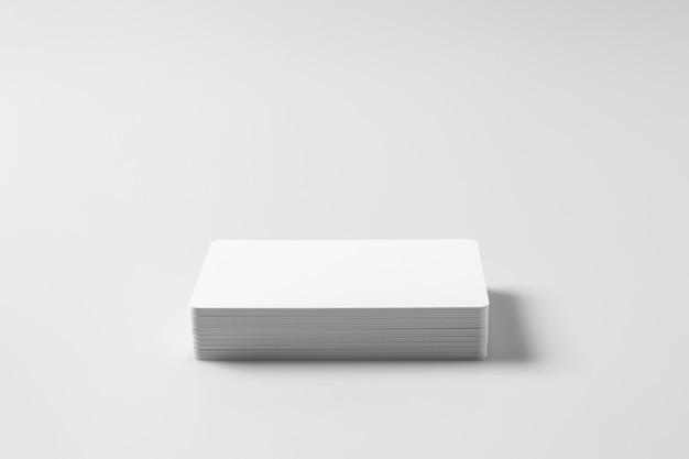 Stapel weiße leere kreditkarten auf weiß