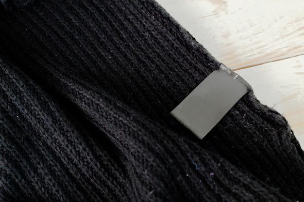 Stapel wolle strickte warme strickjacke und weißen aufkleber für text