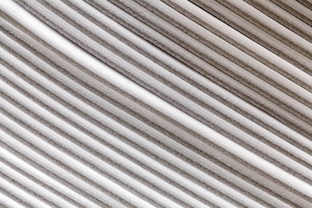 Stapel zellulosedämmstoffplatten aus recycelten zeitungen