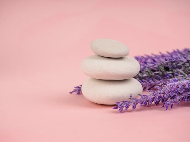 Stapel zen steine. entspannen sie sich noch leben mit gefalteten steinen. zen-kiesel, steine, ruhige szene des badekurortes