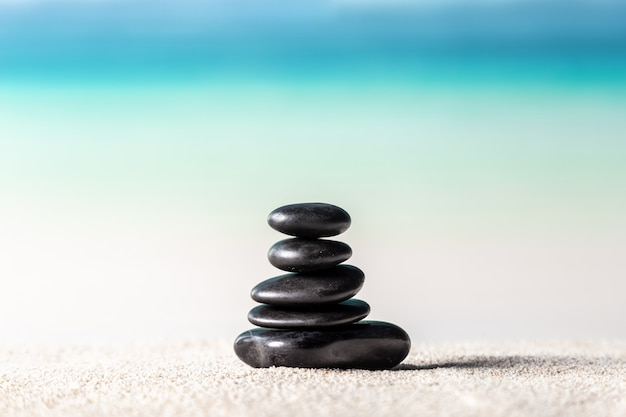 Stapel zensteine auf sandstrand