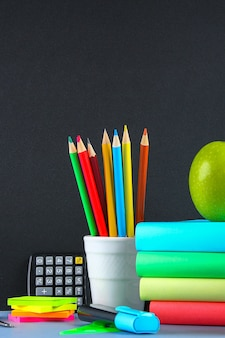 Stapelbücher und -briefpapier auf tafel. arbeitstisch, ausbildung, schule.