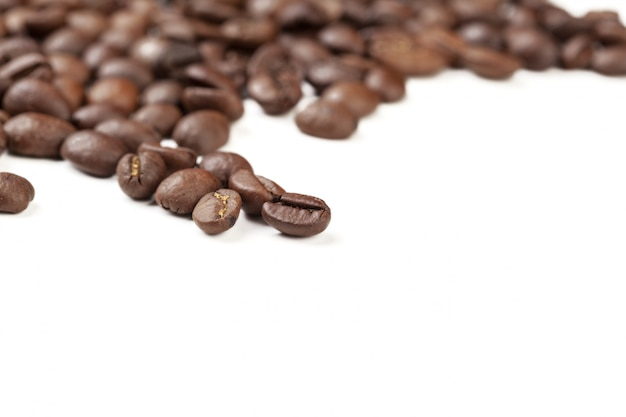 Stapelkaffeebohnen getrennt auf weiß