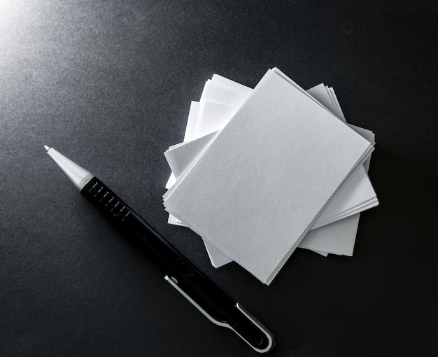 Stapeln der leeren weißen visitenkarte des modells