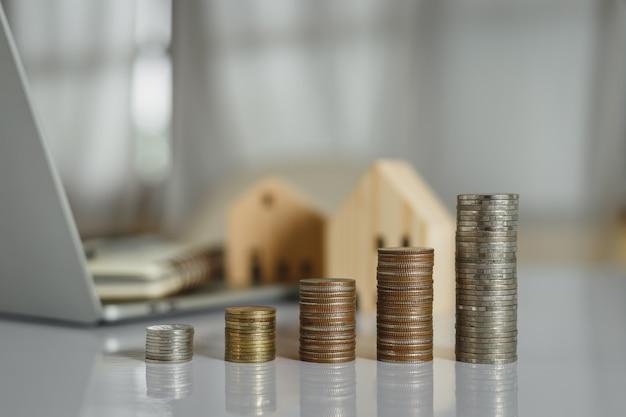 Stapeln sie geldmünzen mit auf dem tisch. gewinnwachstum für die zukunft sichern.